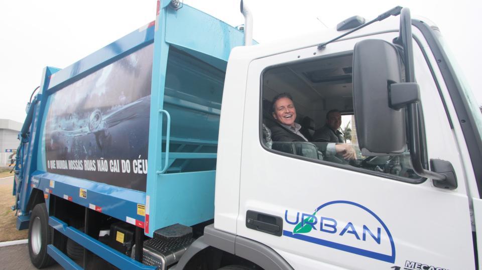 Munic�pio recebe quatro novos caminh�es para a coleta do lixo dom�stico
