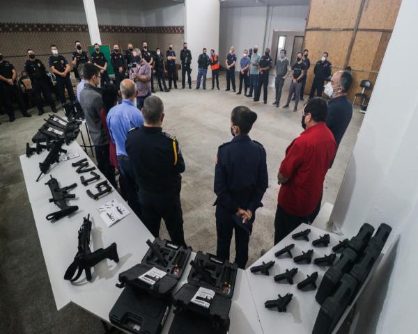 Vanazzi e Nestor entregam novos armamentos para a Guarda Municipal